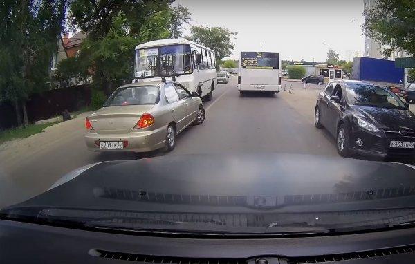 Маршрутчик проучил наглого водителя легковушки в Воронеже