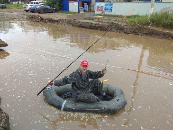 Жители Кирова устроили рыбалку в гигантской луже посреди улицы Комсомольской