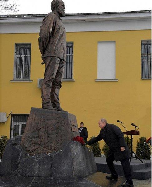 Путин посетил церемонию открытия памятника Солженицына в Москве
