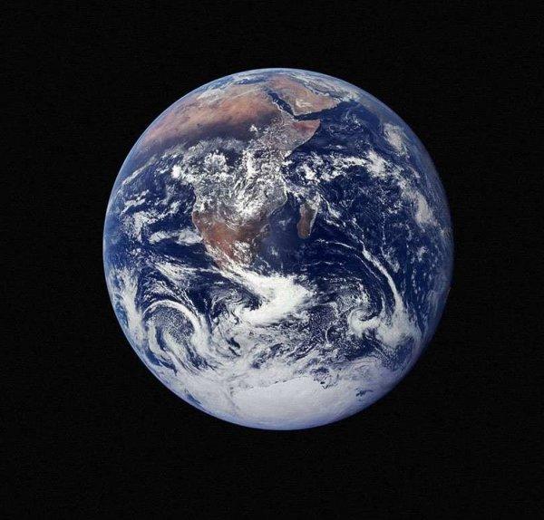 Ученые заметили белые линии, огибающие Землю