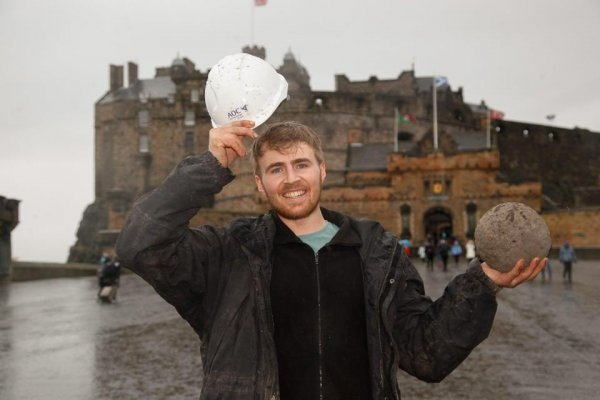 Археологи обнаружили снаряд для катапульты 13 века времён осады Эдинбургского замка