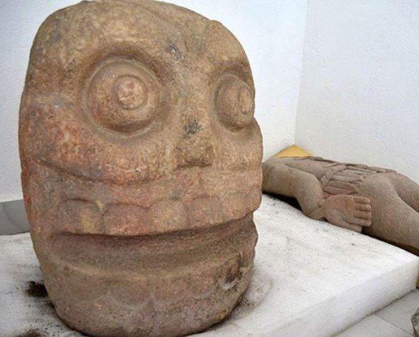 В Мексике обнаружена статуя трехрукого Бога, которому приносили человеческие жертвы