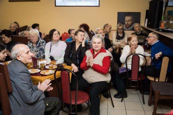 Певица Зара вместе с движением Putin Team организовали встречу для ветеранов и пенсионеров