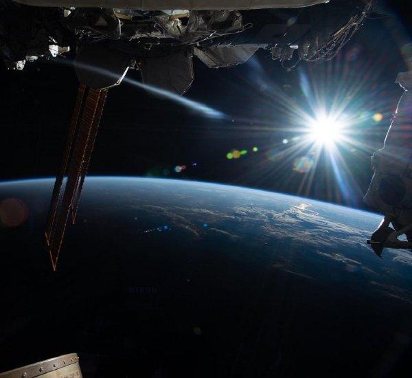 Земля в опасности: Цветной НЛО приближается к МКС