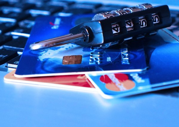 «Блок по ФЗ»: Банки массово блокируют карты россиян, подозревая их в «обнале» денег