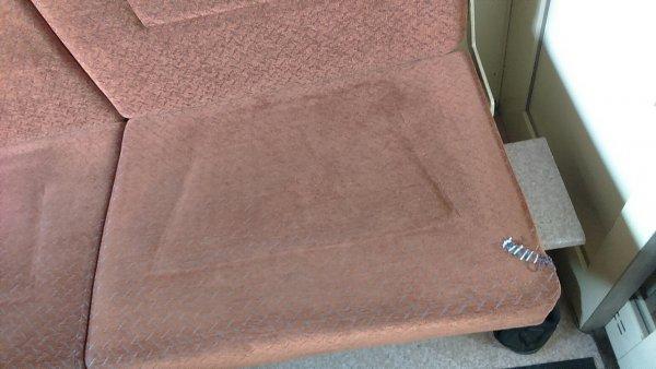 «И это фирменный поезд!»: Пользователь показал на фото полусгнившие сиденья в купе э вагона состава РЖД