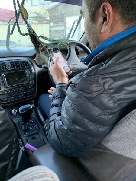 «Втыкает в телефон»: россиянин рассказал том, как водители такси «Максим» не соблюдают правила безопасности