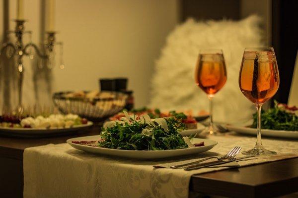 Крабы, раки и вино: Чем накормить любимого 14 февраля, чтобы выйти за него замуж